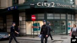 Policías patrullan el centro comercial City2 luego de un alerta de bomba que resultó ser falsa.