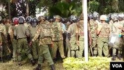 Polisi wakiwa katika doria kwenye maandamano ya upinzani