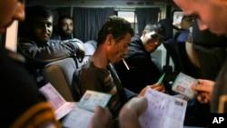 以色列邊界警察11月11日在過境點檢查巴勒斯坦人證件。