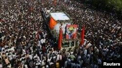 Hàng ngàn người Ấn Độ tham dự tang lễ của Thủ lãnh phe cực đoan Ấn Độ Bal Thackeray tại Mumbai, ngày 18/11/2012.