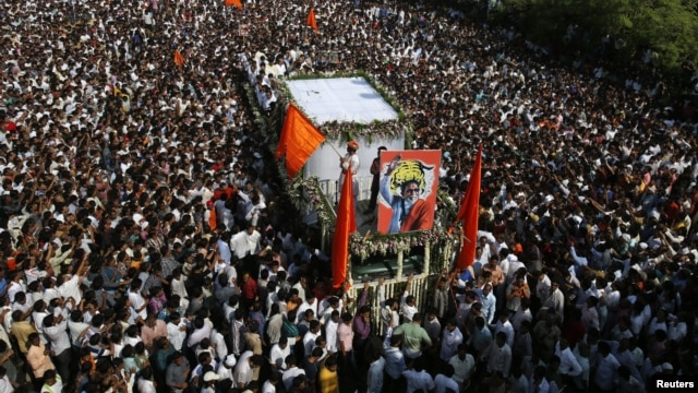 Supports of the Shiv Sena party crowd around the vehicle carrying the body of right-wing Hindu nationalist politician Bal Thackeray during his funeral procession in Mumbai, November 18, 2012.