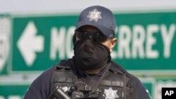 Cảnh sát Mexico đứng gác tại khu vực có các thi thể bị chặt chân tay tại một khúc xa lộ dẫn tới biên giới phía nam của Hoa Kỳ, 13/5/2012