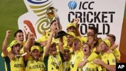 کرکٹ ورلڈ کپ 2015ء کی فاتح آسٹریلین ٹیم ٹرافی کے ہمراہ (فائل فوٹو)