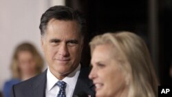 Mitt Romney dan isterinya, Ann Romney menyampaikan duka cita untuk para korban penembakan di Colorado (foto: dok).