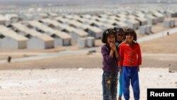 美国女演员安吉丽娜·朱莉2016年9月9日访问约旦阿兹拉克附近收容叙利亚难民的阿兹拉克难民营,并且举行记者会。这是她所见到的几个叙利亚难民儿童。