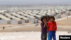 지난 9일 요르단의 난민 캠프에서 영화배우 안젤리나 졸리 방문 회견에 앞서 포즈를 취한 시리아 난민 어린이들. (자료사진)