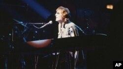 John Lennon ສະແດງໃນ ນິວຢອກ ຊີຕີ ປີ 1972.