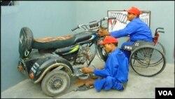 کراچی: معذور نوجوان معذوروں کیلئے گاڑی تیار کر رہے ہیں
