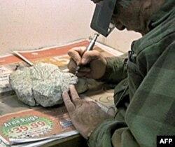 Zaposleni u muzeju čiste fosile, koristeći precizne tehnike