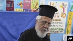 一名希臘東正教神父星期天在雅典的一個投票站投票