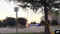 美国路易斯安那州拉斐特镇一家影院星期四晚发生枪击案后,警察在事件现场设立警戒线。