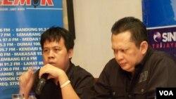 Koordinator FITRA Ucok Sky Khadafi (kiri) dan anggota tim pengawas Century Bambang Soesatyo (kanan). (VOA/Iris Gera)