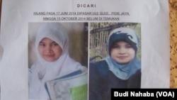Berita tentang hilangnya santri perempuan Aceh bernama RS (17), diumumkan melalui selebaran yang diedarkan di sekitar wilayah tersebut (Foto: VOA/Budi Nahaba)