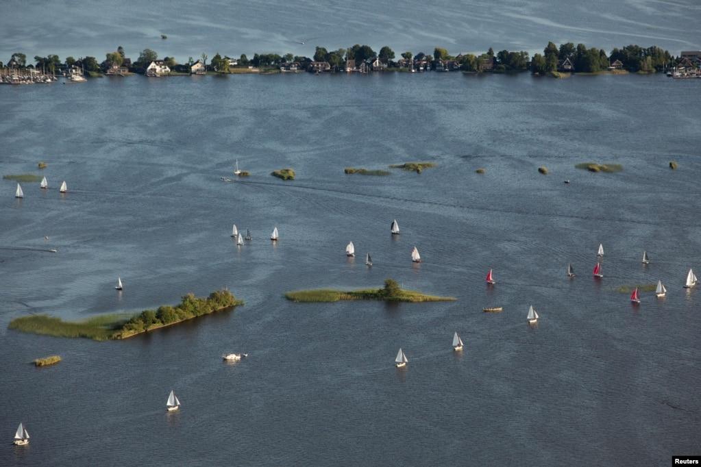 Foto udara suasana di desa kecil Loosdrecht, selatan kota Amsterdam, Belanda.