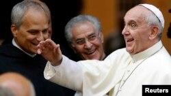 El Papa Francisco visita a los sacerdotes en la iglesia de Saint Agostino, en Roma.