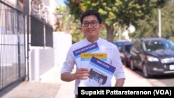 Poll worker Nattapol Pohset,shows the election guide books during his interview with VOA Thai in Los Angeles, California, U.S. October 19 , 2020.