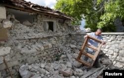 البانیہ میں ایک شخص زلزلے کے بعد اپنے گھر کا ملبہ ہٹا رہا ہے۔ یکم جون 2019
