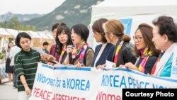 국제 민간단체 '한반도 전쟁 종식과 평화를 위한 여성행동(Korea Peace Now)' 회원들이 지난 10월 서울에서 열린 한반도 평화 촉구 집회에 참석했다. 사진 제공: Korea Peace Now.