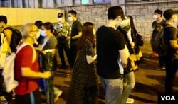 8-31事件一周年,大批市民在太子地铁站出口外排队献花 (美国之音/汤惠芸)