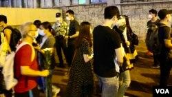 8-31事件一周年,大批市民在太子地鐵站出口外排隊獻花。(美國之音湯惠芸攝)
