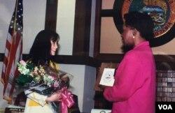 Thị trưởng San Pablo bà Shirley R. Wysinger và diễn viên Lê Thị Hiệp (Ảnh: Bùi Văn Phú)