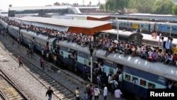 بھارت کے شہر اجمیر میں ایک ٹرین کی چھت پر بھی مسافر سوار ہیں (فائل فوٹو)