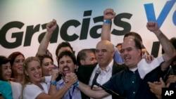 Para pemimpin partai oposisi dari kiri Lilian Tintori, isteri dari pemimpin oposisi yang dipenjara Leopoldo Lopez, Freddy Guevara, dari partai Voluntad Popular, Jesus Torrealba, ketua partai Democratic Unity Movement (MUD) dan wakilnya, Julio Borges, tengah merayakan kemenangan mereka di Caracas, Venezuela, Senin pagi waktu setempat (7/12).