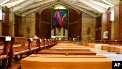 意大利貝加莫地區一所教堂內3月26日停放的新冠病毒死亡者的靈柩。