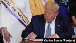 Президент США Дональд Трамп подптсывает помилование Сьюзан Б. Энтони
