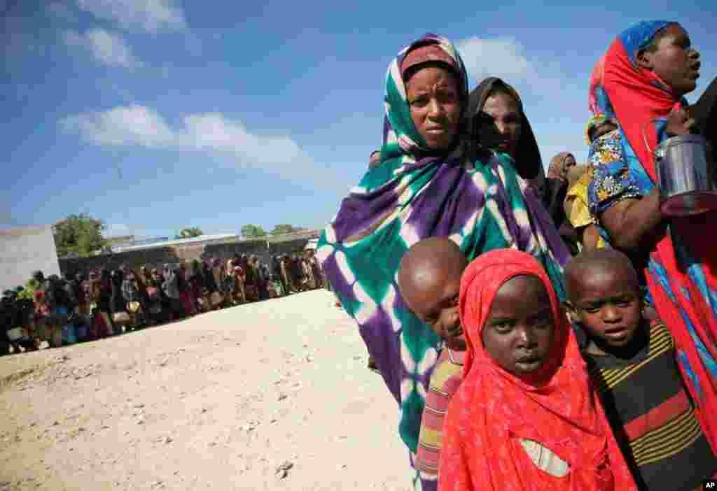 (8月4日)妇女儿童排队在摩加迪沙世界粮食计划署分发中心领取食物。干旱、冲突和食物匮乏导致索马里南部360万人面临饥荒。几十年不遇的大旱影响了非洲之角各地大约1千2百万人。