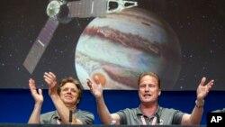شور و شعف دانشمندان ناسا پس از قرار گرفتن جونو در مدار مشتری