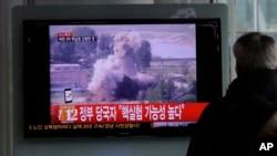 一位韓國男子在首爾火車站關注朝鮮核試驗的電視新聞。(2012年2月12日)