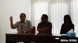 (Ki-Ka) Koordinator Advokasi BPJS Watch Timboel Siregar, Ade Armando, Korban RA, dalam konferensi pers, di Jakarta, Jumat, 28 Desember 2018. (Foto: VOA/Ghita)
