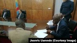 Fidèle Balabala, à droite, secrétaire général adjoint du Mouvement pour la libération du Congo (MLC) signe le document de mise en œuvre de l'accord politique au parlement, à Kinshasa, RDC, 28 avril 2017. (Crédit Jeanric Umande).