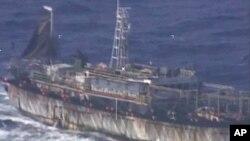 """阿根廷海岸警卫队公布的视频的截图。画面显示中国""""鲁烟远渔10号""""渔船。"""