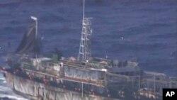 """阿根廷海军发布的3月14日视频截图显示中国拖网渔船""""鲁烟远渔10号在阿根廷海域非法捕鱼。"""