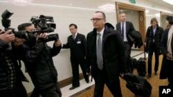 Sou-sekretè Jeneral aff etranjè Nasyon Zini an, Jeffrey Feltman, nan, mitan, pandan li te fèk rive nan Kore di Nò. 5 desanm 2017 (Foto: AP/Jon Chol Jin)