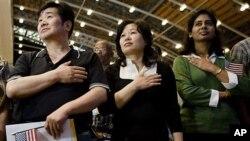 미국 시민권 선서식에 참가한 아시아계 이민자들 (자료사진).