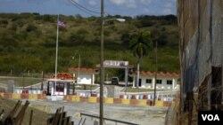 La estación naval utiliza turbinas de viento y generadores diesel para suministrar energía. Los suministros son enviados por agua o aire.