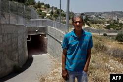 Omar Hajajla berpose di terowongan yang menghubungkan rumahnya di Yerusalem ke al-Walajah, desanya di Tepi Barat yang diduduki, 30 Mei 2019. (Foto:AFP)