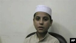 مخالفان مسلح قبلآ نیز ازاطفال، مانند این طفل که توسط پولیس دستگیر گردیده است در حملات انتحاری استفاده کرده اند