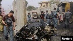 Hiện trường vụ tấn công tự sát bằng bom xe ở Jalalabad (12/10/2013).