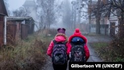 Дівчата ідуть в школу, Торецьк, Донецької області, 2017