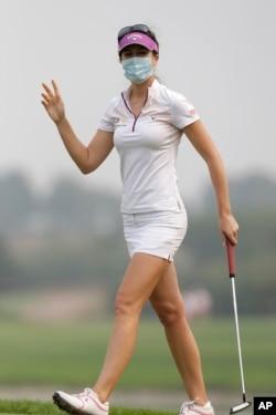 2013年10月6日受雾霭影响,参加华彬女子高尔夫精英赛的德国选手桑德拉`加尔戴着面罩
