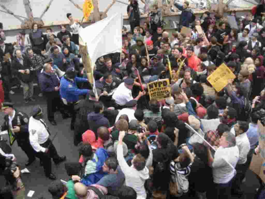 """Miles de """"indignados"""" se reunieron en la ciudad de Nueva York para protestar contra el sistema financiero y las prácticas de Wall Street. Más de 700 personas fueron arrestadas la semana pasada durante las demostraciones. Las protestas siguen extendiéndos"""