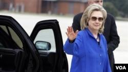 Menteri Luar Negeri Amerika Hillary Clinton tiba di Uni Emirat Arab, negara persinggahan pertamanya dalam lawatan ke Timur Tengah kali ini.