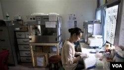 Peneliti malaria, Somsuda Setaphan, menyiapkan sampel darah di sebuah rumah sakit di Pailin, Kamboja (foto: dok).