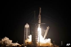 SpejsEksov Falkon 9 (Soko 9), koji prevozi privatne građane, poleće sa lansirne rampe 39-A Svemirskog centra Kenedi, 15. septembra 2021, u Kejp Kanaveralu, Florida (Foto: AP, Kis O'Mira)