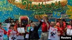"""Joey """"Mandíbulas"""" Chestnut es coronado campeón del concurso de hot dogs del 4 de Julio."""