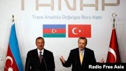 ترکی اور آذربائیجان کے صدور رجب طیب اردوان اور الہام علیوف گیس پائپ لائن پراجیکٹ ٹی اے این اے پی کی افتتاحی تقریب میں خطاب کر رہے ہیں۔ فائل فوٹو